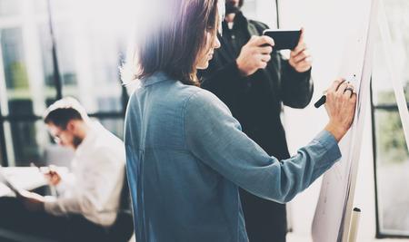 l'équipage d'affaires de réunion. gestionnaires de comptes de photos travaillant avec le nouveau projet de démarrage. Gestionnaire tenant les mains de smartphones modernes. présentation d'idées, d'analyser les plans de marketing. Flou