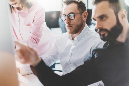 Coworking proces beeld. Finance managers teamwerk nieuwe idea.Young bedrijf crew te werken met het opstarten van moderne office.Desktop computer op tafel, blijkt presentatie. Wazig, film effect. Stockfoto
