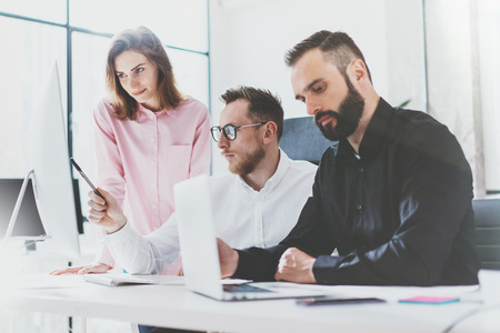 bolsa de valores: El departamento de marketing equipo de trabajo nueva tripulación negocio idea.Young trabajo con el ordenador arranque moderna studio.Desktop en la mesa, mostrando presentation.Blurred, efecto de película.