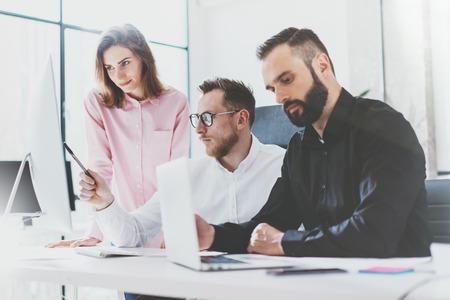Marketingabteilung Teamarbeit neue idea.Young Geschäft Mannschaft mit Start-up modernen studio.Desktop Computer auf dem Tisch arbeiten, zeigt presentation.Blurred, Filmeffekt.