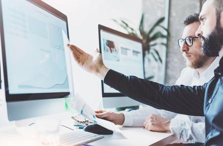 Foto werken process.Finance handel manager die rapporten toont screen.Young bedrijf bemanning werk met het opstarten van het project moderne office.Desktop computers op tafel, de presentatie nieuwe idea.Film effect.Horizontal. Stockfoto