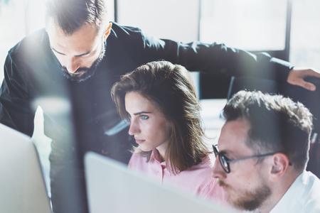 Jonge professionals werken in de moderne office.Project managers team bespreken nieuwe idea.Business crew werken met startup.Using desktop computer. Wazig, film effect. Horizontaal.