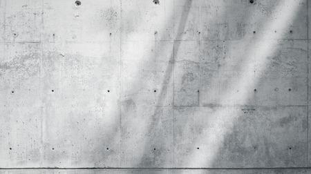 Photo horizontale Mur de béton nu lisse et rugueux avec des rayons de soleil reflétant sur la surface. Contexte vide. Ciel bleu avec des nuages. Noir et blanc Banque d'images