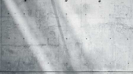 Hormigón: Horizontal blanco de la foto desnuda pared lisa de hormigón sucio con rayos de sol Reflexionando sobre superficie de la luz. sombras suaves. Resumen de antecedentes vacío. En blanco y negro.