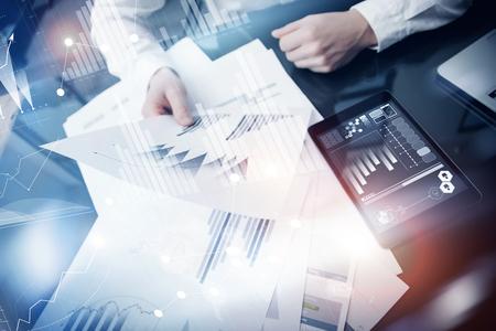 Menedżer Inwestycyjny pracuje process.Concept zdjęcia przedsiębiorca raport o rynku pracy nowoczesny tablet.Using elektronicznych ikony device.Graphic raporty giełdowe ekran interfaces.Business starcie.
