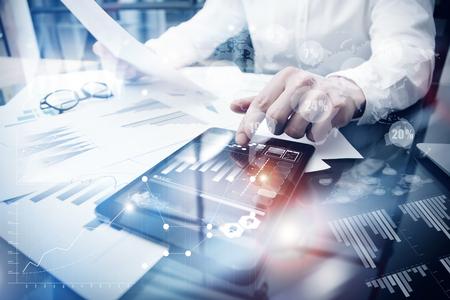 Risicobeheer Werkproces. Beeldhandelaar Werkend Market Report Document Touching Screen Tablet.Using Worldwide Grafische Pictogrammen, Beursverslag. Business Project Startup.Horizontal, Flares Effect