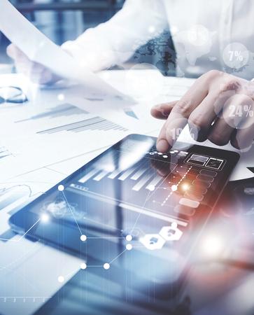 Gestión de Riesgos de Trabajo process.Picture Trader Mercado de trabajo de documento Informe de tocar la pantalla en todo el mundo Tablet.Using iconos gráficos, bolsas de valores Reports.Business proyecto de inicio. Vertical, bengalas Efecto