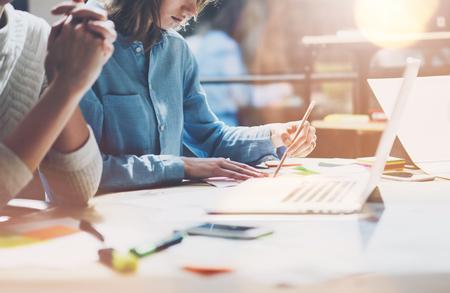 동료는 현대 studio.Sales 관리자 팀 새로운 프로젝트를 작동합니다 .Young 비즈니스 승무원 startup.Laptop 컴퓨터에 나무 테이블, 창조적 인 아이디어 프레 젠