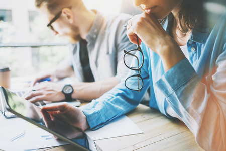 seguridad en el trabajo: Coworking equipo de intercambio de ideas en el moderno proceso Investigando office.Project Manager, que sostienen los vidrios Mujer Hand.Young Crew negocios que trabajan con inicio Studio.Using digital Tablet.Blurred, efecto de película Foto de archivo