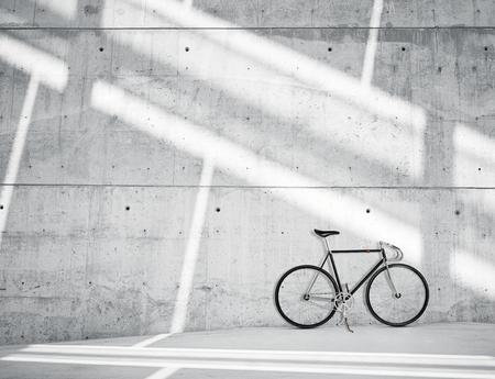 black block: Foto horizontal en blanco sucio suave desnudo muro de hormigón en Modern Loft Estudio con bicicleta clásica. Los rayos del sol suaves que reflejan en la superficie. Resumen de fondo vacía Foto de archivo