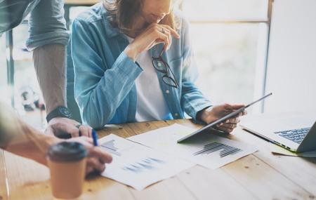 simbolo uomo donna: Colleghi brainstorming squadra nel moderno processo di ricerca office.Project Manager, toccare schermo digitale Tablet.Young affari varia Lavorare con avvio Studio.Graphics, riporta il legno Table.Horizontal