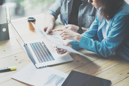 Sales Department Werk Process.Photo handelaren lezen marktrapport modern laptop.Using elektronische devices.Working graphics, beurzen data reports.Business project startup.Horizontal, film effect. Stockfoto