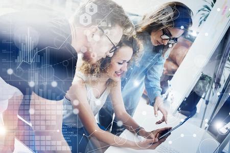 同僚チーム近代的なオフィス Place.Account マネージャーの仕事新しいビジネス アイデア スタートアップ Presentation.Woman デジタル タブレット Screen.Desktop コンピューター木製 Table.Virtual ハイテック図 Interface.Concept に触れる 写真素材 - 59133802