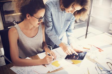 Collaboratori processo di lavoro Modern Office Loft.Young i professionisti che fanno grande decisione Nuova creativo Idea.Business Gruppo di Lavoro Startup.Digital Tablet legno Table.Analyze mercato Reports.Blurred.Film Effect Archivio Fotografico - 64860507