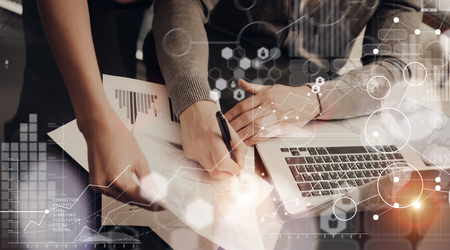 Collègues Équipe modernes gestionnaires Office.Account Travail New Business Startup Présentation Process.Man Signature Graphiques Global Strategy Plan.Laptop Computer Bois Table.HiTech Schéma Interface Screen.Concept