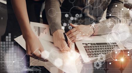 Compañeros de trabajo del equipo modernos Office.Account Trabajo de los directores de Nuevos Negocios de inicio Presentación Process.Man Firma Gráficas Global Estrategia Plan.Laptop madera Computer Interface Table.HiTech Diagrama Screen.Concept