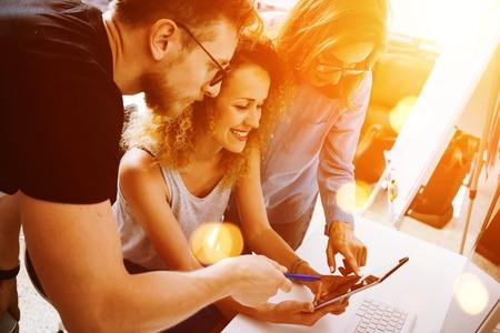 동료는 훌륭한 시작 결정을 내립니다. 영 비즈니스 마케팅 팀 토론 회사 작업 개념 현대 사무용. 새로운 창조적 아이디어 프레젠테이션. 손을 만지는  스톡 콘텐츠