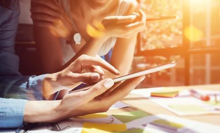 технология: Коллеги решений Великих Decisions.Young Бизнес Маркетинг команды Обсуждение Корпоративная концепция работы Современный Office.New Startup Creative Idea Presentation.Woman Touching смартфона Screen.Flare.Closeup