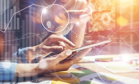 Les gens d'affaires Divers Brainstorm Réunion Concept.Woman travail Smartphone Tablet bois Table.Global Stratégie Icône Graphique virtuel Interface Marketing Recherche Process.Young équipe Partage de démarrage Banque d'images