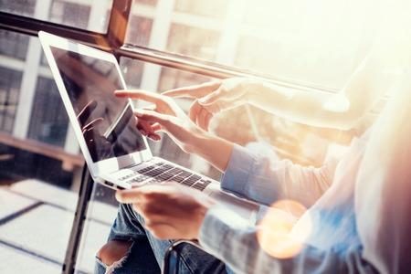 梨花の同僚が偉大なビジネス Decisions.Young マーケティング チーム ディスカッション企業作業コンセプト オフィス Laptop.New スタートアップ独創的なア 写真素材