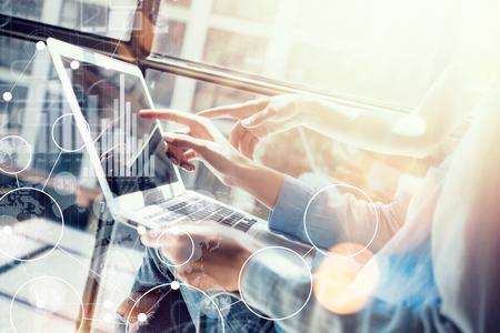 Connessione globale Icona virtuale Interfaccia grafico Marketing Processo di ricerca. Collaboratori di Womans che fanno grandi decisioni di business. Discussione di giovane squadra Corporate Startup Work Concept Laptop ufficio offuscata Archivio Fotografico - 62460196