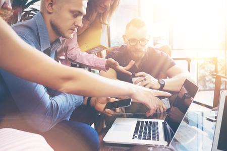 시동 다양성 팀워크 브레인 스토밍 회의 개념. 비즈니스 팀 동료 글로벌 공유 경제 노트북 터치 스크린. 사람들 작업 계획 시작. 그룹 젊은이 여성들 스