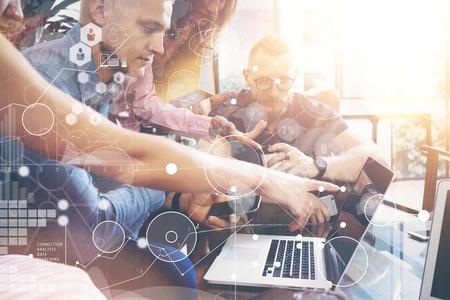 Wereldwijde strategie Verbindingsgegevens Virtueel pictogram Innovatie Grafiek Interface Start diversiteitsgroepswerk Brainstormen Vergaderingsconcept. Zakelijke teammedewerkers Delen Wereldwijd Economie Laptop Touchscreen Stockfoto