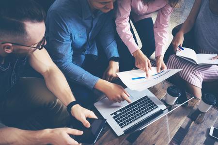 Avvio Diversità Lavoro di squadra Brainstorming Meeting Concept.Business squadra Collaboratori Globale consumo collaborativo Laptop Touchscreen.People pianificazione di lavoro di inizio Up.Group giovani donne in cerca uomini dell'ufficio dello schermo