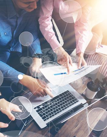 trabajo en equipo: Conexión Estrategia Global de Datos Icono virtual Innovación Gráfica Interface.Startup Diversidad Trabajo en equipo Reunión de Reflexión Concept.Business Personas Compañero de trabajo compartida a nivel mundial, Economía de la Información de la pantalla del ordenador portátil