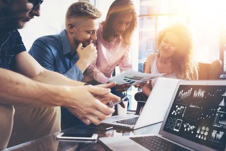 시동 다양성 팀웍 브레인 스토밍 회의 개념. 비즈니스 팀 동료 글로벌 공유 경제 노트북 그래프 스크린. 사람들은 기획 시작. 그룹 젊은 여성들보고 사