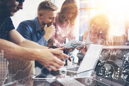Globale Strategie Verbindingsgegevens Virtueel Pictogram Innovatie Grafiek Interface. Zakelijk Team Collega Wereldwijd Economie Delen Laptop Rapportscherm. Mensen Werkplanning Opstarten, Groep Jongeman Vrouwen Bijeenkomst