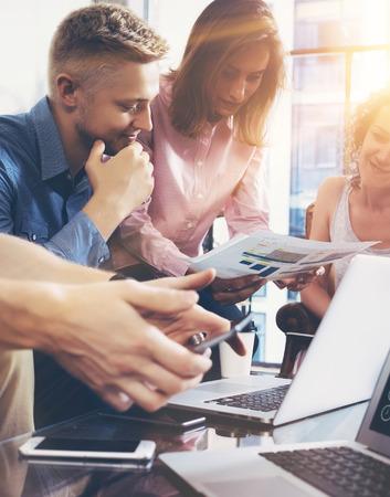 Startup Diversity 팀웍 브레인 스토밍 회의 개념. 비즈니스 팀 동료 글로벌 공유 경제 보고서 문서 랩탑. 직원 근무 계획 시작. 그룹 청년 여성 토론 사무실 스톡 콘텐츠