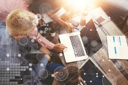 글로벌 전략 분석 가상 아이콘 혁신 그래프 인터페이스. 동료 훌륭한 온라인 비즈니스 솔루션 만들기. 마케팅 팀 토론 기업체 작업 개념 Office.Startup Crea