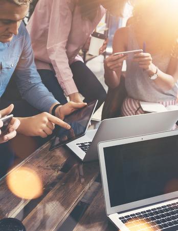 communicatie: Young Business Team verzamelde Samen Discussie Creatieve Idee Moderne Cafe.Coworkers Meeting Communicatie Discussie Werkende Office Start Concept. Mensen Met Elektronische Gadget Hand. Flares Wazig
