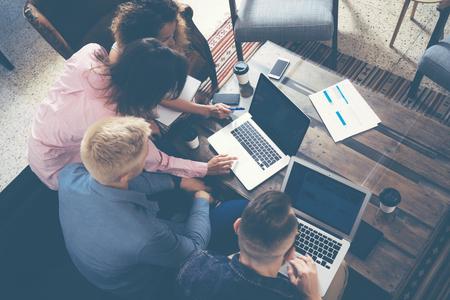 Groupe Jeunes Collègues Making Great affaires Decisions.Creative équipe Discussion d'entreprise Concept travail moderne Office.New Startup marketing Idea Presentation.Woman Toucher numérique Laptop.Top Voir