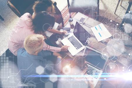 グローバル戦略分析仮想アイコン革新グラフ Interface.Coworkers 作る偉大なオンライン ビジネス Solution.Marketing チーム ディスカッション企業作業コンセ