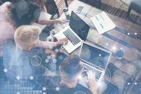 Connexion Stratégie mondiale Icône Virtual Graph Interface Schéma marketing Research.Group jeunes Collègues équipe Faire Excellent Business Solution.Creative gens Discussion entreprise Concept travail Banque d'images