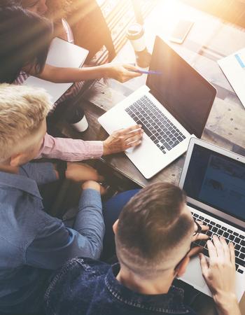 Groep Jonge Medewerkers Team Uitstekende Bedrijfsbeslissingen. Creatieve Mensen Discussie Corporate Work Concept Modern Office.New Startup Marketing Idee Presentatie. Vrouwen aan het raken van Laptop.Flares