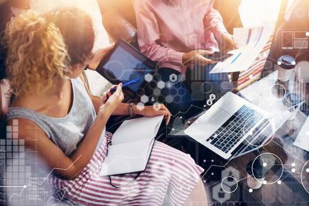 글로벌 연결 가상 아이콘 그래프 인터페이스 시장 연구. 동료 팀 브레인 스토밍 회의 온라인 비즈니스 전자 가제트. 사업가 시작 디지털 프로젝트. 손