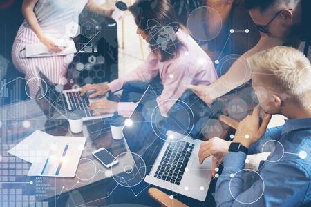 국제 연결 가상 아이콘 그래프 인터페이스 다이어그램 마케팅 연구 개념. 시작 분석 프로세스. 동료 결정을 내리기. 팀 토론 온라인 시장 주식 거래