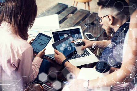 Global Connection Virtueel Pictogram Diagram Interface Marketing Reserch.Young Zakenman Team Analyse Financiën Online Rapport Elektronische Gadgets.Cowers Opstarten Modern Digital Project.Blurred Background. Stockfoto