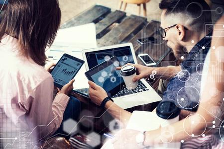 Global Connection Virtuelle Symbol Diagramm-Schnittstelle Marketing-Reserch.Young Geschäftsmann-Team Analysieren Finanzen Online-Bericht Elektronische Gadgets.Coworkers Startup Modern Digital Project.Blurred Hintergrund. Standard-Bild