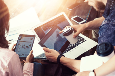 Jóvenes Empresarios Equipo Analizar Finanzas Diagrama Informes Electrónicos Gadgets.Coworkers Startup Digital Project.Creative Personas Haciendo Gran Trabajo Decisions.Tablet Hands Laptop Table.Closeup Flares