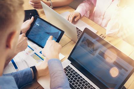 젊은 비즈니스 팀 브레인 스토밍 회의실 프로세스. 동료 시작 마케팅 프로젝트. 사업가 손 다이어그램 태블릿 스크린을 표시합니다. 훌륭한 작업 결정 스톡 콘텐츠