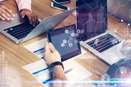 Diagramme d'icône virtuelle de connexion globale Interface Marketing Reserch. Équipe d'affaires Réunion de remue-méninges. Projet de démarrage des collaborateurs.People faisant des décisions sur le travail.Electronic Gadgets Graph Screen.Closeup