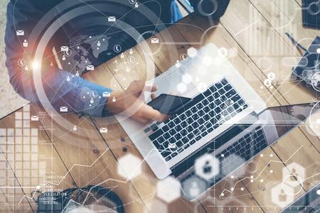 사업가 시작 시동 나무 테이블 노트북 현대 Office.Man 작업 Loft.Global 연결 가상 아이콘 그래프 인터페이스 온라인 화면. 새로운 비즈니스 아이디어 연구