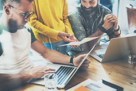Startup Mensen brainstormen Process.Coworker het maken van grote Decision.Young Bearded Hipster Business Team Bespreking corporate werk Concept.Sales Manager analyseren Project Houten Tafel Laptop Modern Office Stockfoto