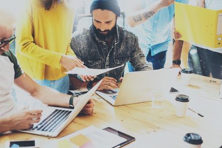 Group Young Coworkers Making Great Business Decisions.Creative Team Discussion Concept de travail d'entreprise Modern Studio Loft.Startup Marketing Idea Presentation.Teamwork Les gens utilisant un portable Table en bois