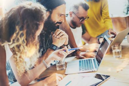 그룹 현대 젊은 비즈니스 사람들이 함께 모여 크리 에이 티브 프로젝트를 논의합니다. 동료 브레인 스토밍 회의 토론 워킹 사무실 시작 개념. 사업가