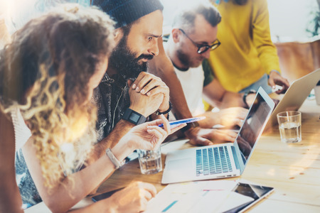 Groep moderne jonge mensen uit het bedrijfsleven bij elkaar komen bespreken creatief project. Medewerkers brainstorm vergadering discussie werken Office startup. Zakenman werk Laptop. Vage achtergrond